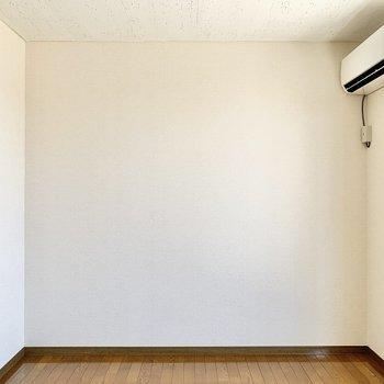 【洋室】エアコンが付いていますよ。快適に過ごせそうですね。