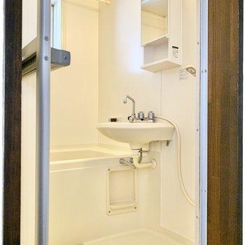 窓付きの浴室です。
