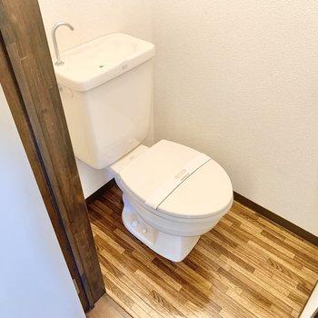 木目調の床が可愛いトイレ。