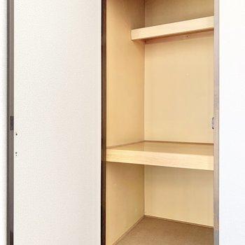 【洋室】3段に分けて収納できますね。