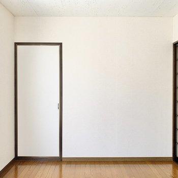 【洋室】収納を開けてみましょう。