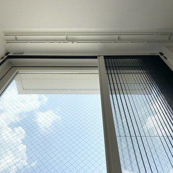 窓には網戸付で開閉も可能。カーテンレールが埋込式なのも素敵な心配り◎