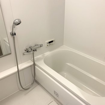 お風呂は浴室乾燥機付。シャワーヘッドが大きくて気持ちよさそう◎
