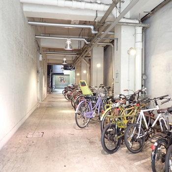 駐輪場は入り口に。