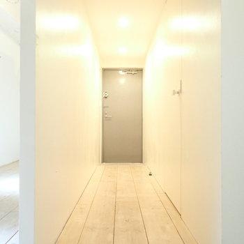 廊下は長いです。収納を置けそう。(※写真は2階同間取り別部屋のものです)