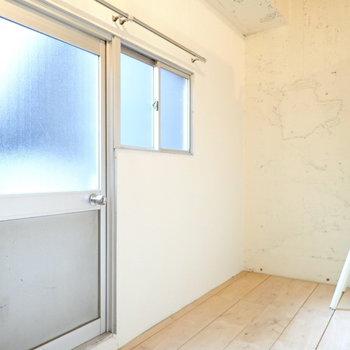 扉はバルコニーへの扉です。それはのちほど。まずはロフトへ。(※写真は2階同間取り別部屋のものです)