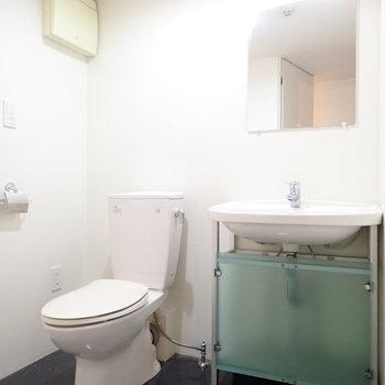 洗面台とトイレです。ウォシュレットはありませんでした。(※写真は2階同間取り別部屋のものです)