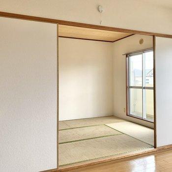 【洋室約6帖】お隣の和室へ。