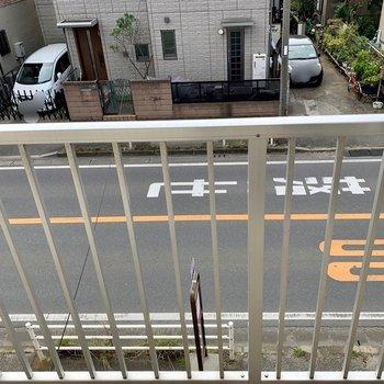 下を見ると道路が。内覧時に音のご確認を。