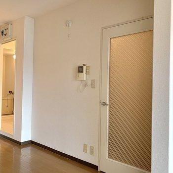 【DK】洗面室が見えますが、カーテンが取り付けられるので目隠しはできます。お次は北側の洋室に。