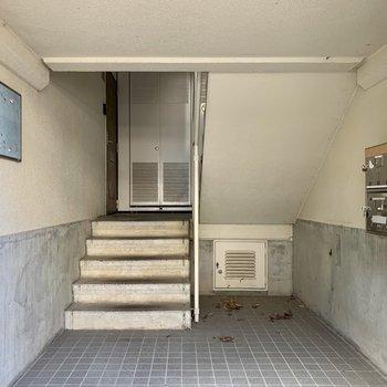 お部屋までは階段です。大きな荷物の際は幅をチェック。
