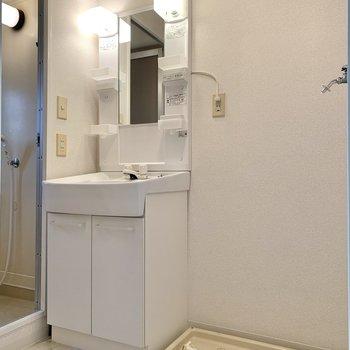 洗面台と洗濯機置き場は隣り合っています。使い終わったタオルをすぐお洗濯できますね。