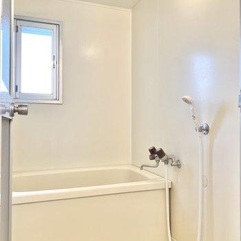 シンプルなバスルームは窓もあってしっかり換気できます。