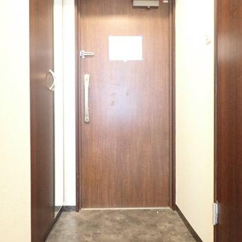 玄関は脱ぎ履きに十分なスペース。(※写真は2階の同間取り別部屋のものです)