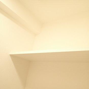 上にはペーパーを置けます。(※写真は2階の同間取り別部屋のものです)