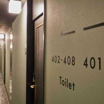 廊下にはホテルらしさが残る