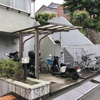 屋根付きの自転車置き場は雨の日も安心。