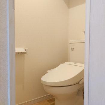 トイレの頭上にもモノが置けるスペースがありますよ。