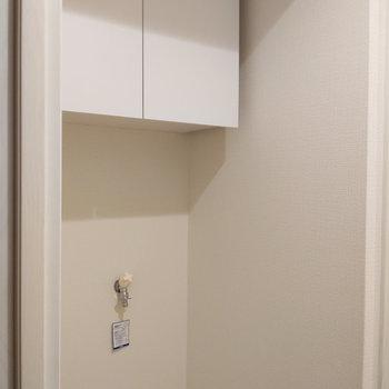 洗濯機置場の上には小さなシェルフ。
