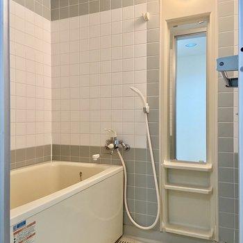 お風呂の鏡は大きめですよ。