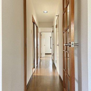 廊下をわたって、洋室へ。
