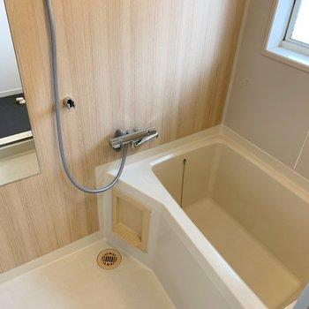 お風呂は木目のシート張り、水栓交換でおしゃれな見栄えに変更。※画像は前回工事した2階の部屋のもの