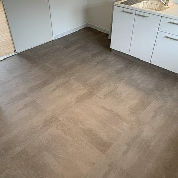 奥寝室、手前寝室)床はモルタライクのフロアタイルを使用。シックな雰囲気に ※画像はイメージです