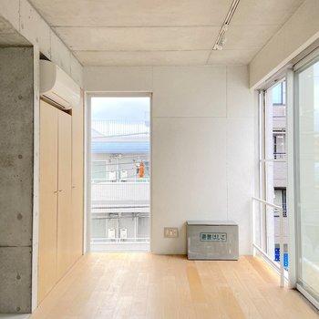 床材が変わっていて、生活スペースを自然と分けやすくなっています。