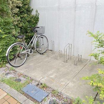 通り沿いに自転車置き場がありました。