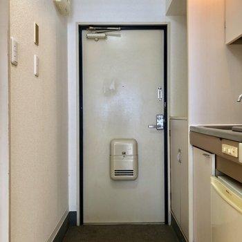 玄関収納の上に、小物を置けますよ。※写真は1階の同間取り別部屋のものです