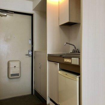 冷蔵庫付きのキッチン。※写真は1階の同間取り別部屋のものです