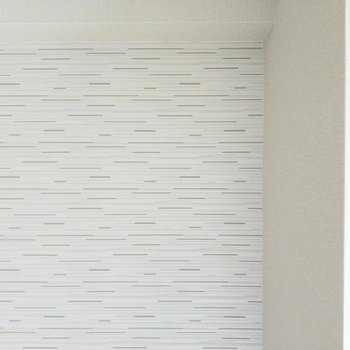 ライトグレーのクロスは少し凹凸のある布のような素材。高級感あります。(※写真は2階の同間取り別部屋のものです)