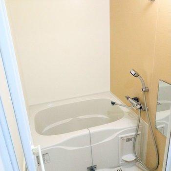 綺麗なイエローがかわいいお風呂。浴室乾燥機付き◎(※写真は2階の同間取り別部屋のものです)