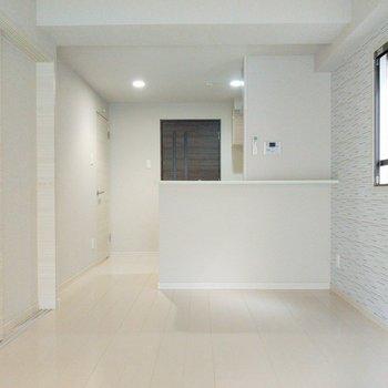 角部屋で2面窓。ソファーはバルコニー向きかな。(※写真は2階の同間取り別部屋のものです)