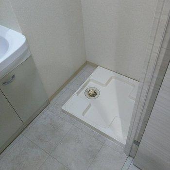 横に洗濯機置けます。(※写真は2階の同間取り別部屋のものです)