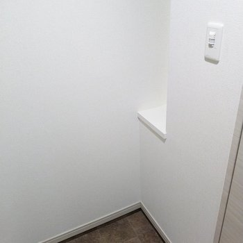 玄関扉正面の棚には小物を飾ったり、鍵を置いたり。(※写真は2階の同間取り別部屋のものです)