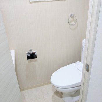 トイレはウォシュレット付き!換気できる窓も!(※写真は2階の同間取り別部屋のものです)