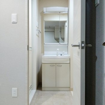 脱衣所は1人が入れるくらいの広さ。スッキリとした洗面台。(※写真は2階の同間取り別部屋のものです)