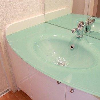 洗面台も水色と、ここもキュートですね(※写真は8階同間取り別部屋のものです)
