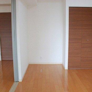 スライドドアで部屋を完全に区切ることが出来ます(※写真は8階同間取り別部屋のものです)