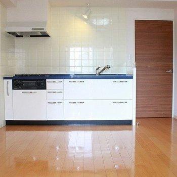 白と青色の組み合わせがかわいいシステムキッチン(※写真は8階同間取り別部屋のものです)