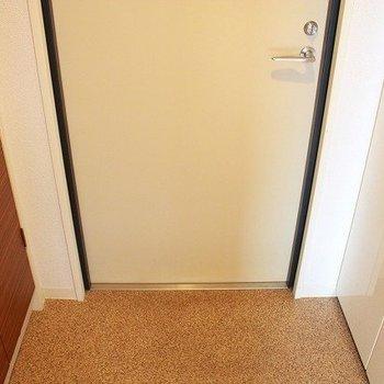玄関を入ると左右にシューズボックスが(※写真は8階同間取り別部屋のものです)