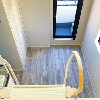 ホワイト×ブルーの爽やかな空間。※写真は3階の同間取り別部屋のものです
