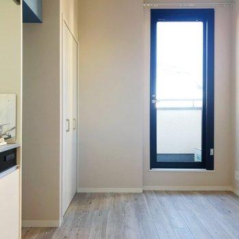 ガラス扉からバルコニーへ出ることができます。※写真は3階の同間取り別部屋のものです