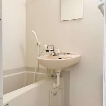 サニタリーへ。鏡付き2点ユニット。※写真は3階の同間取り別部屋のものです