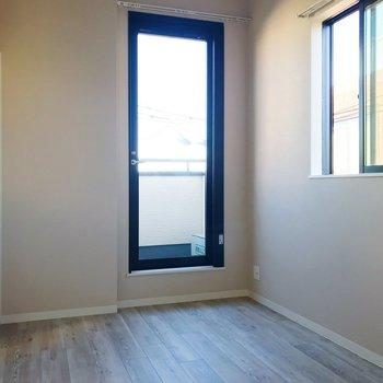二面採光で明るい!※写真は3階の同間取り別部屋のものです