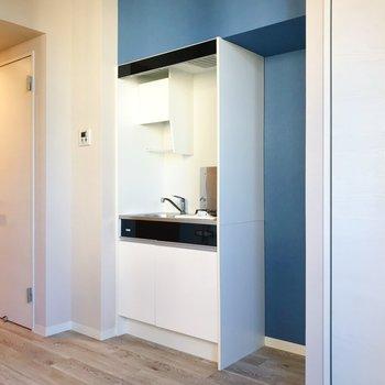 キッチン周りにもブルー!※写真は3階の同間取り別部屋のものです