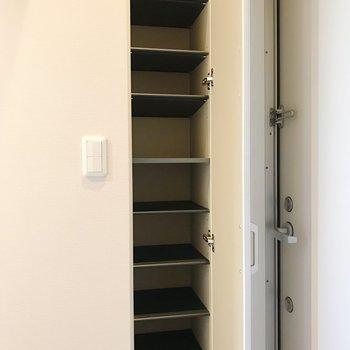 10足は収納できそうですよ。※写真は3階の同間取り別部屋のものです
