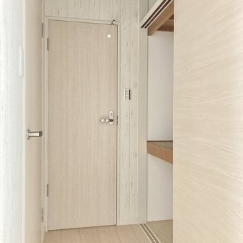 玄関前にはちょっとした収納も◎真ん中のドアはトイレ、左側はサニタリー!