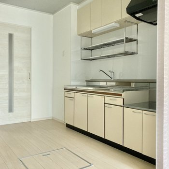 キッチンの奥に冷蔵庫はおけそうですよ。大きめのサイズを選んでもよし。